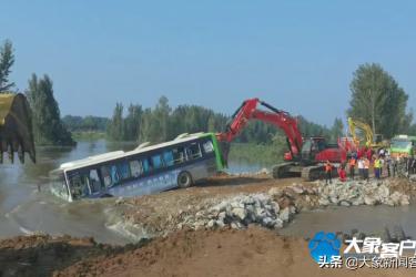 决口处又投入3辆卡车和1辆公交,直击浚县新镇卫河决口封堵现场