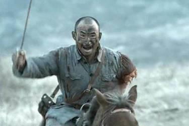 他是剧中骑兵连连长孙德胜的扮演者——江水,他的表演也是让人万分感慨