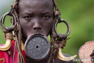 """非洲最奇特的盘唇族:女性15岁""""割唇"""",以此为美,彰显身份显赫"""
